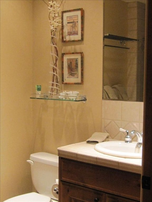 Second full bath with tub/shower, adjacent to two guestrooms