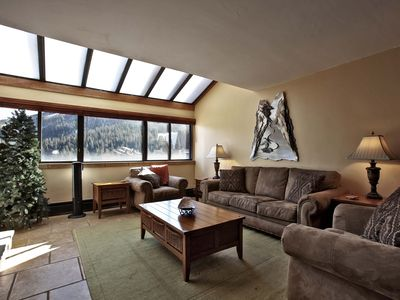 Spacious family room with great view of the slopes!