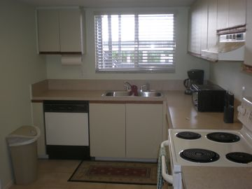 Just renovated kitchen, all new cookware, all utilities!