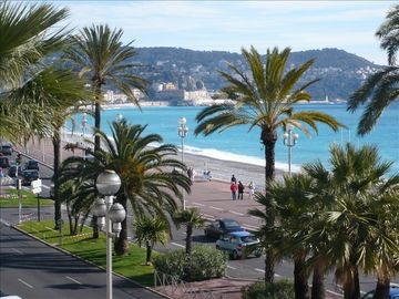 La 'Promenade des Anglais' just at 50 meters from the apartment !