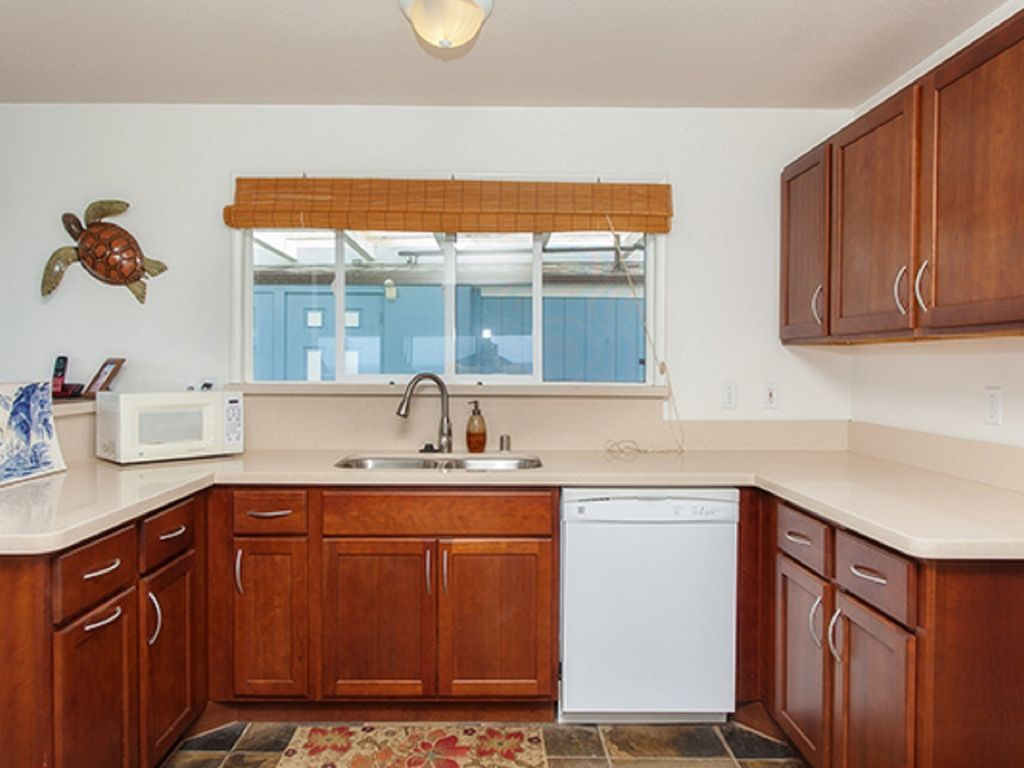 Nicely upgrade kitchen with quartz countertops