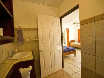 Private bathroom in the 'Orange' cabina.