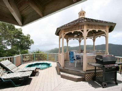 Gazebo with jacuzzi, perfect for entertaining anytime !