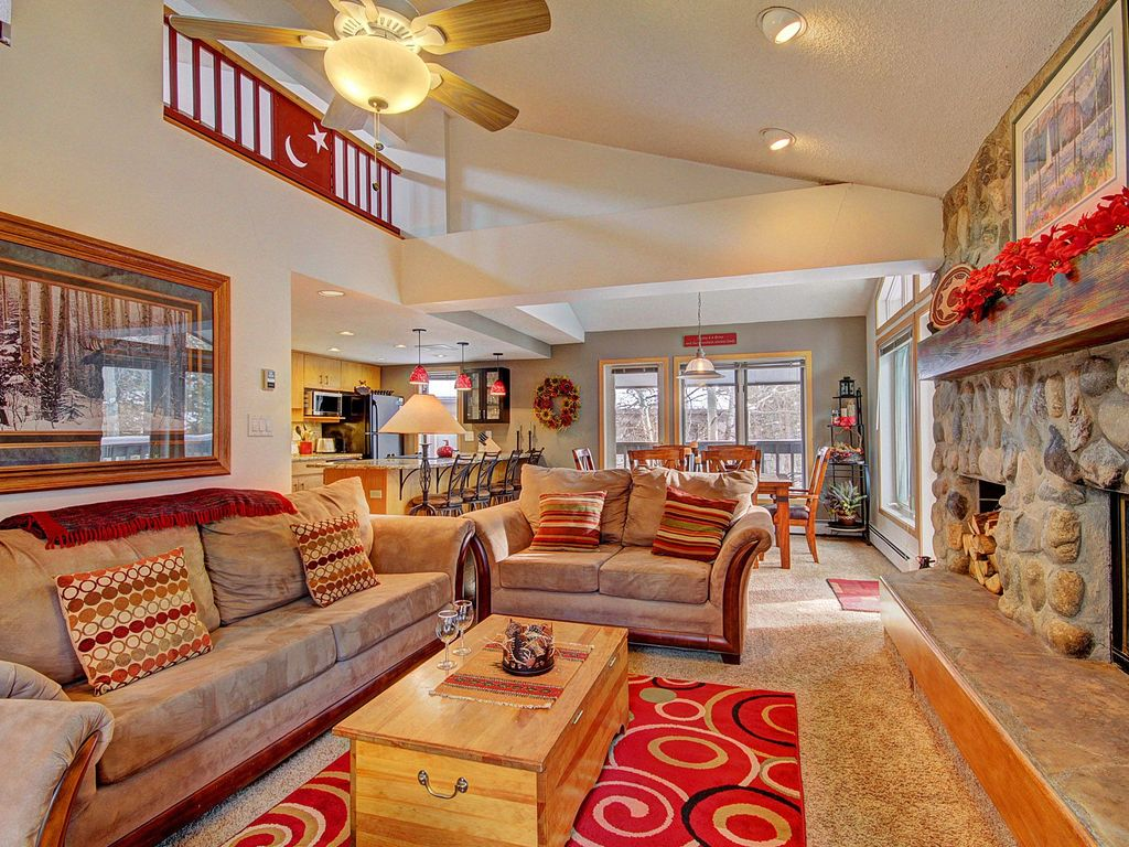 Beautiful condo w mountain creek views vrbo for Living room queen creek