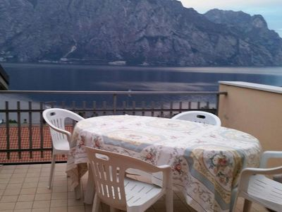 Attic apartment with terrace overlooking the lake a few steps from the lake