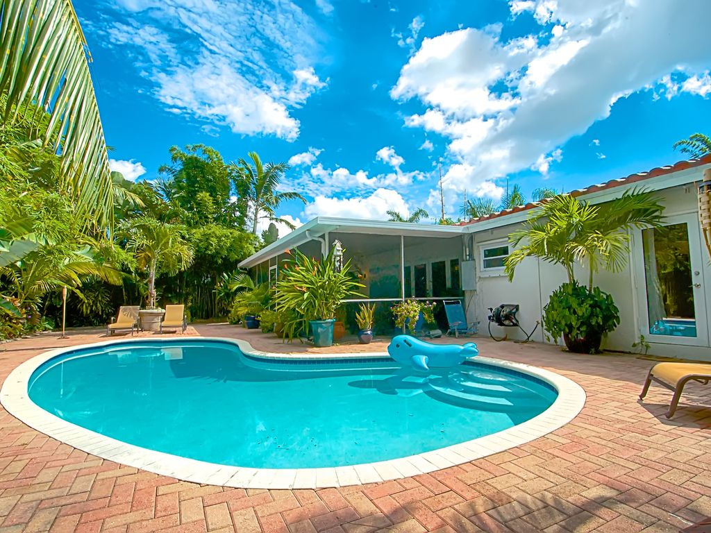 Garden oasis w pool florida room homeaway wilton manors for Garden oases pool entrance