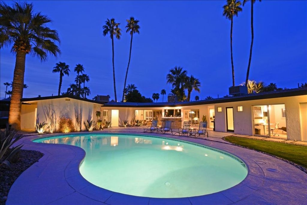 Classic palm springs mid century modern home vrbo for New mid century modern homes palm springs
