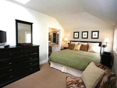 Spacious Master Bedroom - King-sized Bed - Cable HDTV - En Suite Master Bathroom