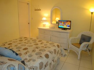 Fort Lauderdale house photo - White wicker tropical-themed fourth bedroom has Dish HDTV.