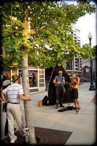 Street musicians by the flat iron sculpture