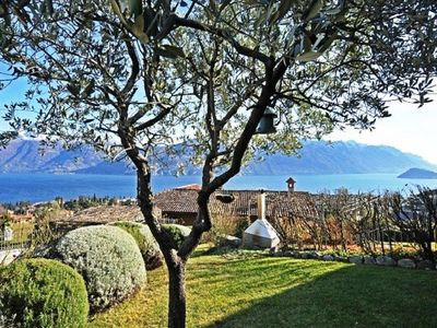 Perfectly located on the Menaggio hillside