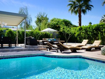 Rancho Mirage house rental - Resort-style furniture makes it hard to come inside.
