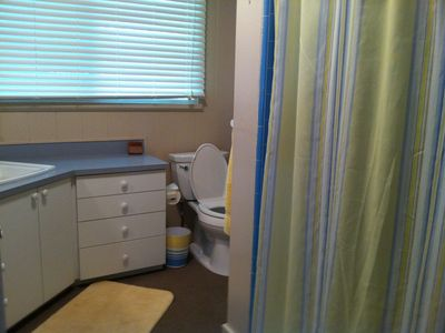 Laie cottage rental - Main bath with full tub