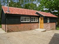 THE BULL PEN, pet friendly, country holiday cottage in Eye, Ref 11433