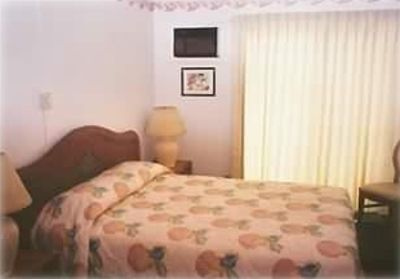 Kihei condo rental - Master Bedroom Queen bed with private bath.