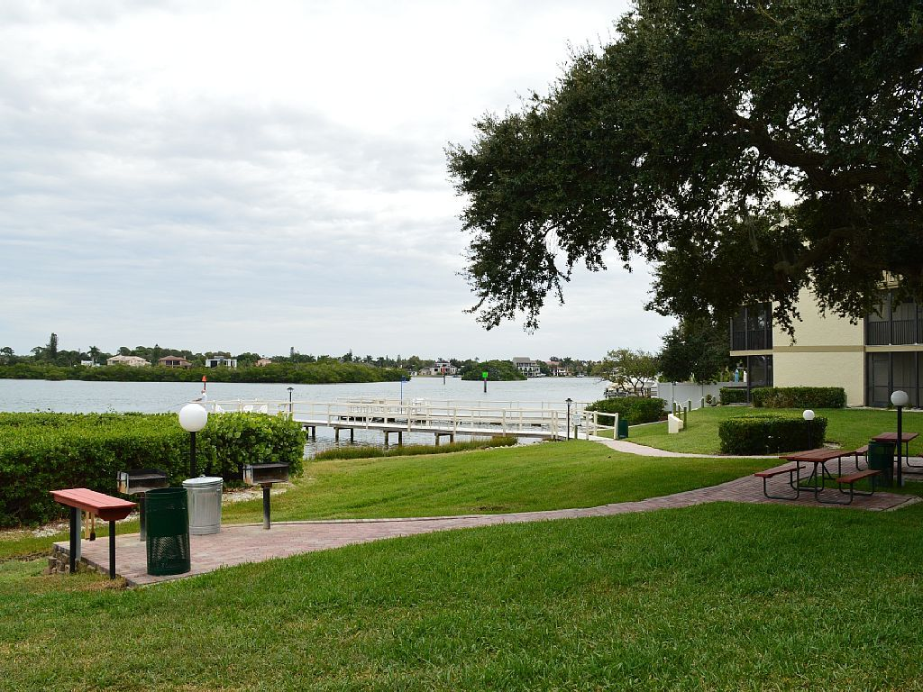 Relax in Style at Bay Oaks in Siesta Key - Watch Dolphin on the Bay! E-81