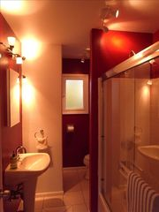 Glen Ellen cottage photo - The Bathroom ... Nice and Red!
