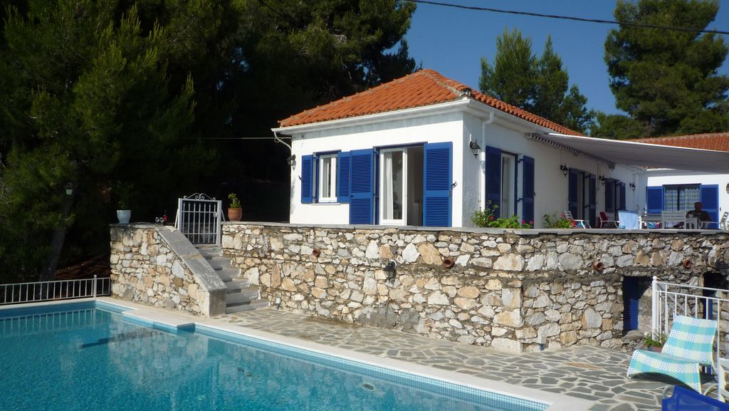 Air-conditioned house, with pool, close to the sea