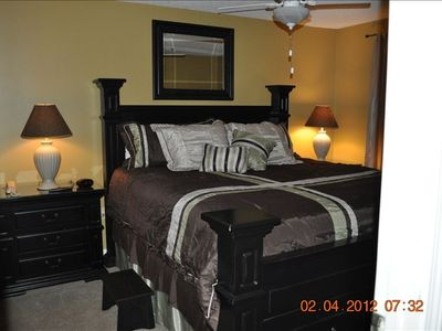 Destin condo rental - Bedroom (King Bed with bedside stools, Ceiling Fan, Flat Panel TV, DVD player)