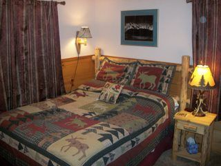 Big Bear Lake cabin photo - Main floor, Northwoods room-Queen bed.