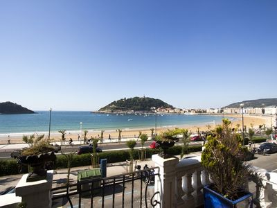 Spacious terrace with amazing views to La Concha Bay. Free Wifi!
