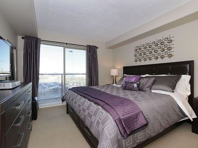 Victoria condo rental - King bedroom with flat screen TV