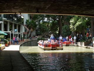 San Antonio bungalow photo - Dwntwn Riverwalk cruise - a great way to see the Riverwalk and learn its history