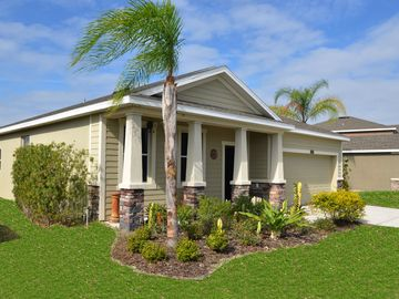 Tampa bungalow rental - side of the home