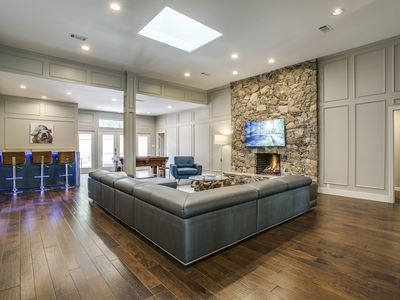 THE BEST VIP HOME WITH PRIVATE POOL & SPA!! 9 MILES FROM DOWNTOWN DALLAS.