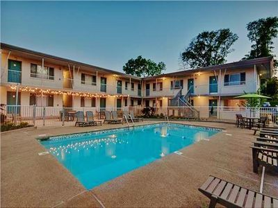 Authentic Mid-Century Nashville Studio Condo w/Wifi, Patio, Community Pool & Access to Netflix - Amazing Location in the Heart of the City!