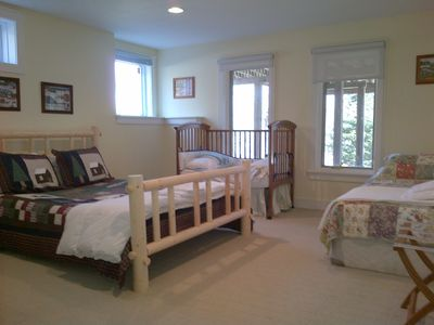 Queen bed, single, crib (meant for 3-5 yr. old) and full bathroom