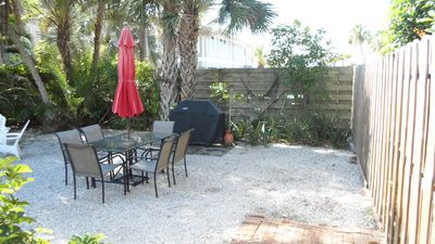private garden area with main house 2br