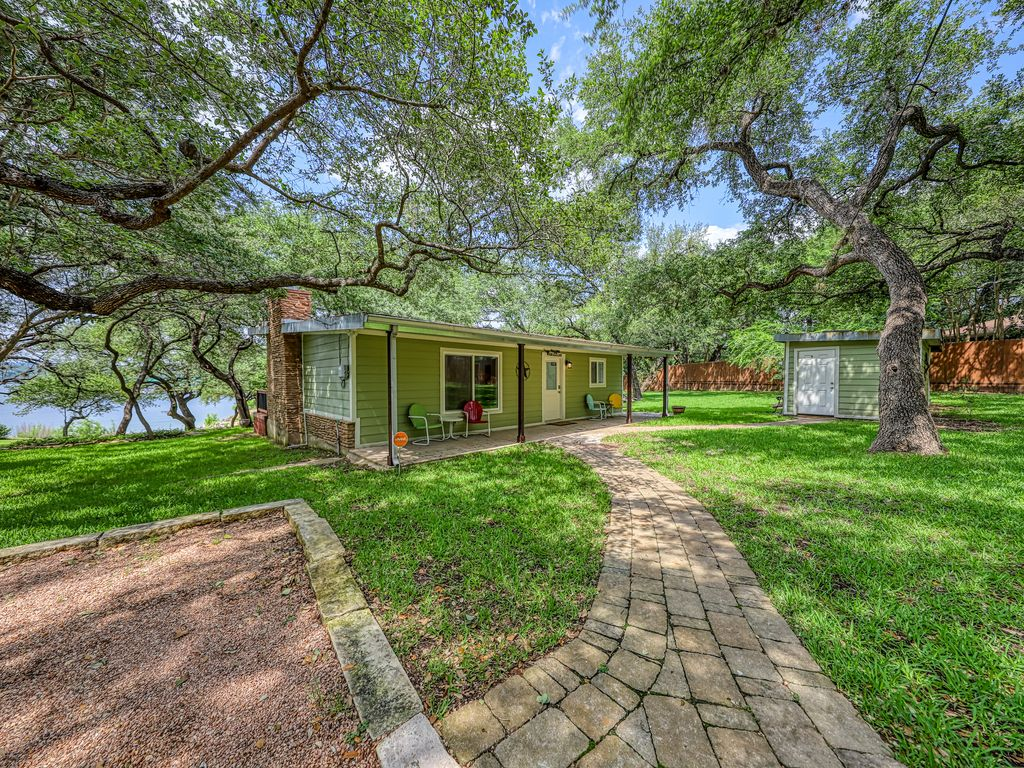 Beautiful lakefront home w/outdoor fire, patio & Netflix streaming