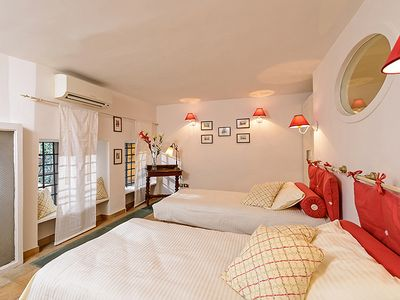 2nd twin bedded room: intriguing
