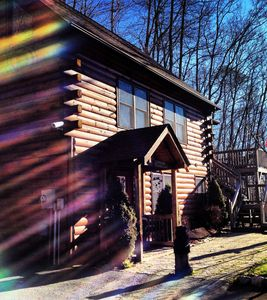 The Great Escape, private luxury log cabin, easy paved road access with views!!!