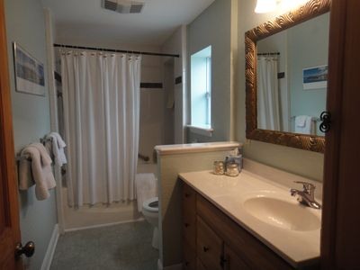 New Braunfels house rental - Large Hall Bath with garden soaking tub/shower
