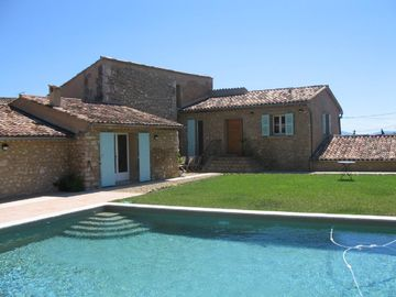 Lorgues house rental - House and pool from courtyard