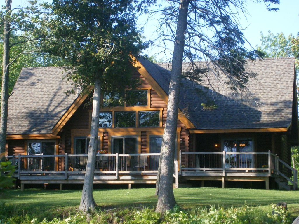 Lakefront log home near mackinaw spring and vrbo for Cabin rentals mackinaw city