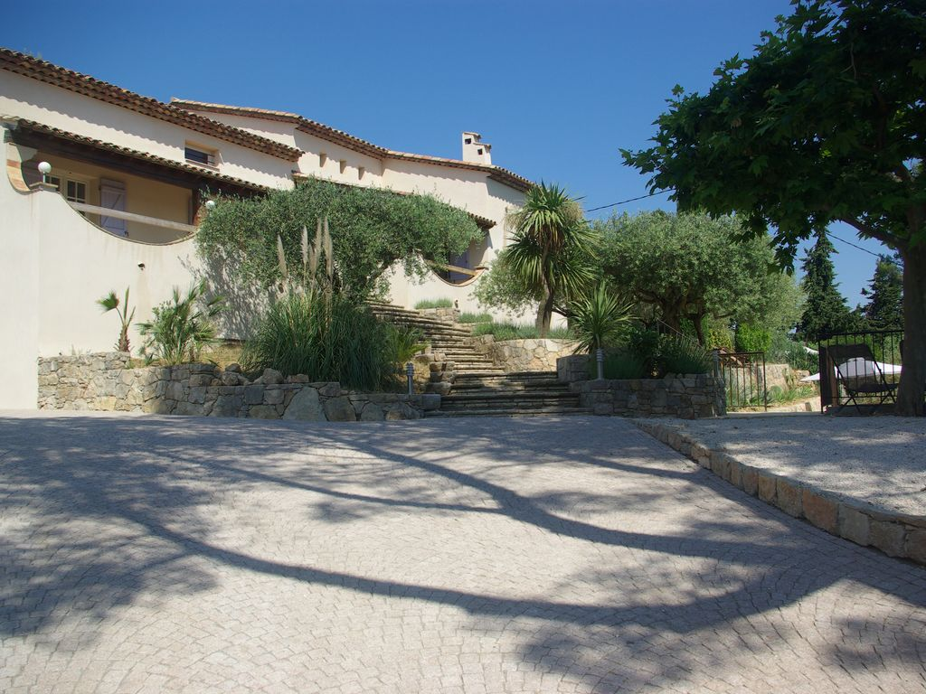 House, 240 square meters, close to the beach
