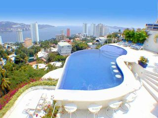 Acapulco villa photo - Roof Top party infinity pool with built in bar and huge jacuzzi.