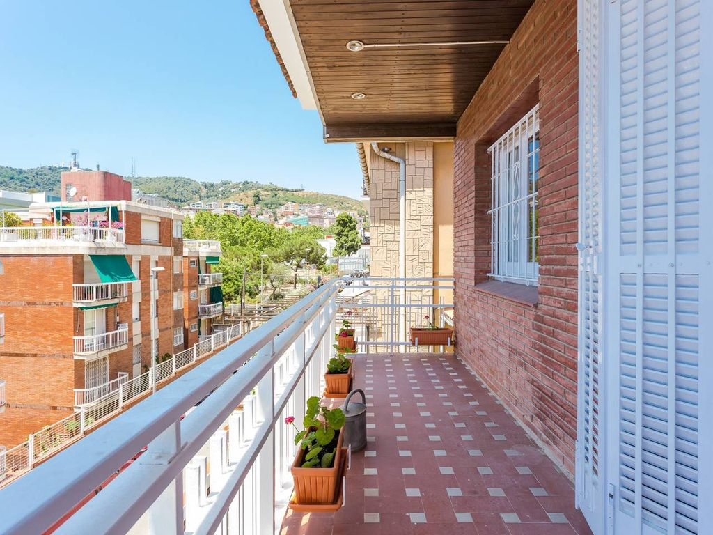 Spacious 8-bedroom house close to Park Güell