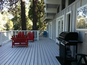Crestline cabin rental - Relax outside on this large deck with a gas grill.