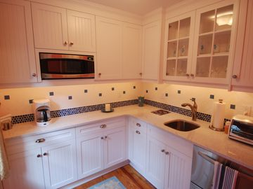 Newly-remodeled Cottage Kitchen..perfect for entertaining!