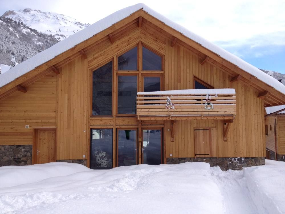 Chalet individuel 150m2 de prestige design contemporain grand jardin prive hautes alpes for Chalet design contemporain