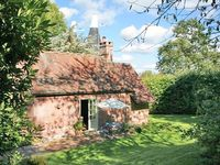 Romantic period cottage next to Battle Great Wood