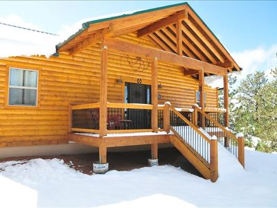 A LOG CABIN WITH FRONT DECK TO HAVE A DRINK AND RELAX.