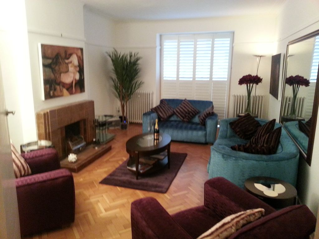 Richmond kew holiday apartments homes homeaway for Living room 1930s