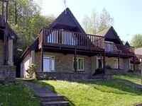 NO 50 VALLEY LODGE, pet friendly, with pool in Gunnislake, Ref 3933