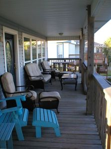 Gulf facing deck catches the beach breeze & has small dining table w chairs
