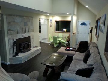 Bear Mountain house rental - Living room with wood burning fire place